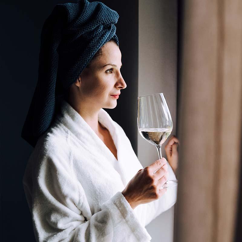 Žena pijúca Cuvée Slovenské vinice